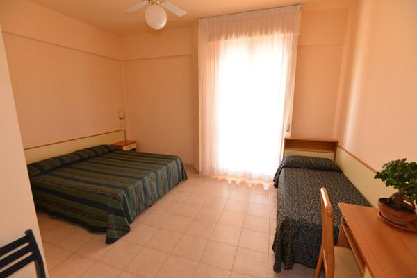 Vista panoramica di una camera dell'hotel Caraibi di Senigallia